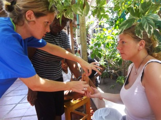 Elisabeth and Karoline discuss a plan of action for treating a patient.
